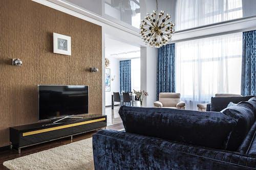Schwarze Und Graue Couch Neben Schwarzem Flachbildfernseher