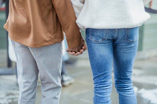 男人和女人在街上散步時手牽著手