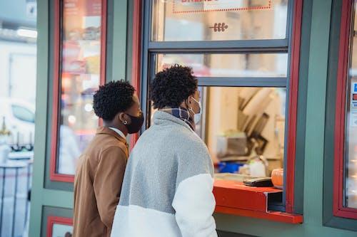 Kostnadsfri bild av afrikanska amerikanska män, allvarlig, bindning