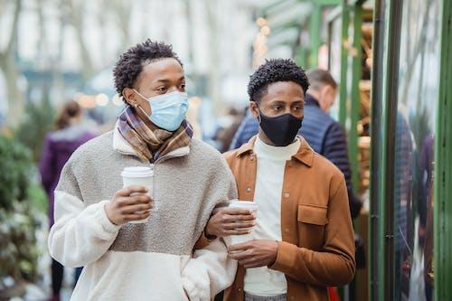 Gratis stockfoto met afro-amerikaanse mannen, andere kant op kijken, beschermen