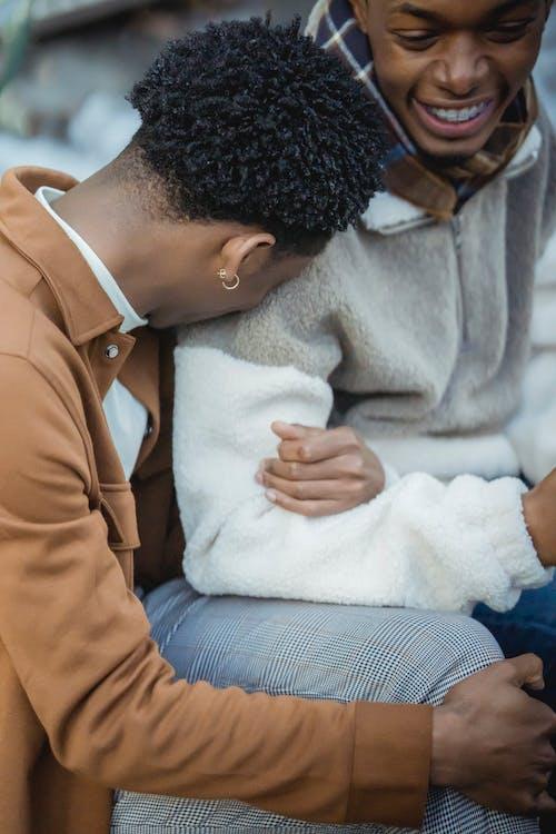 Mann In Brown Button Up Shirt Sitzt Neben Frau In White Sweater