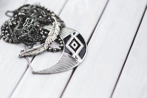 Fotos de stock gratuitas de collares, joyería, plata, primer plano