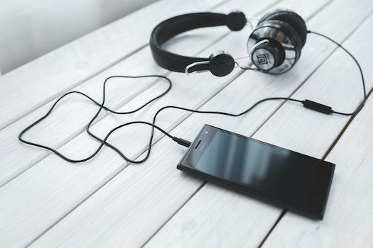 Kostenloses Stock Foto zu schwarz und weiß, smartphone, laptop, büro