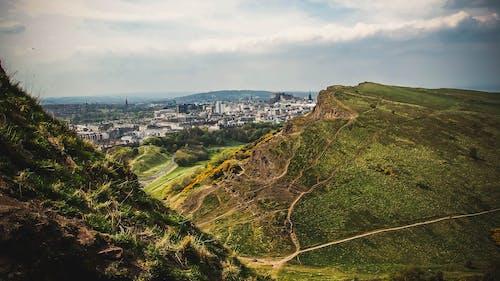 Gratis stockfoto met bergen, daglicht, gebouwen, gras