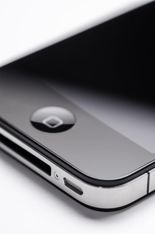 흰색 표면에 실버 아이폰 6