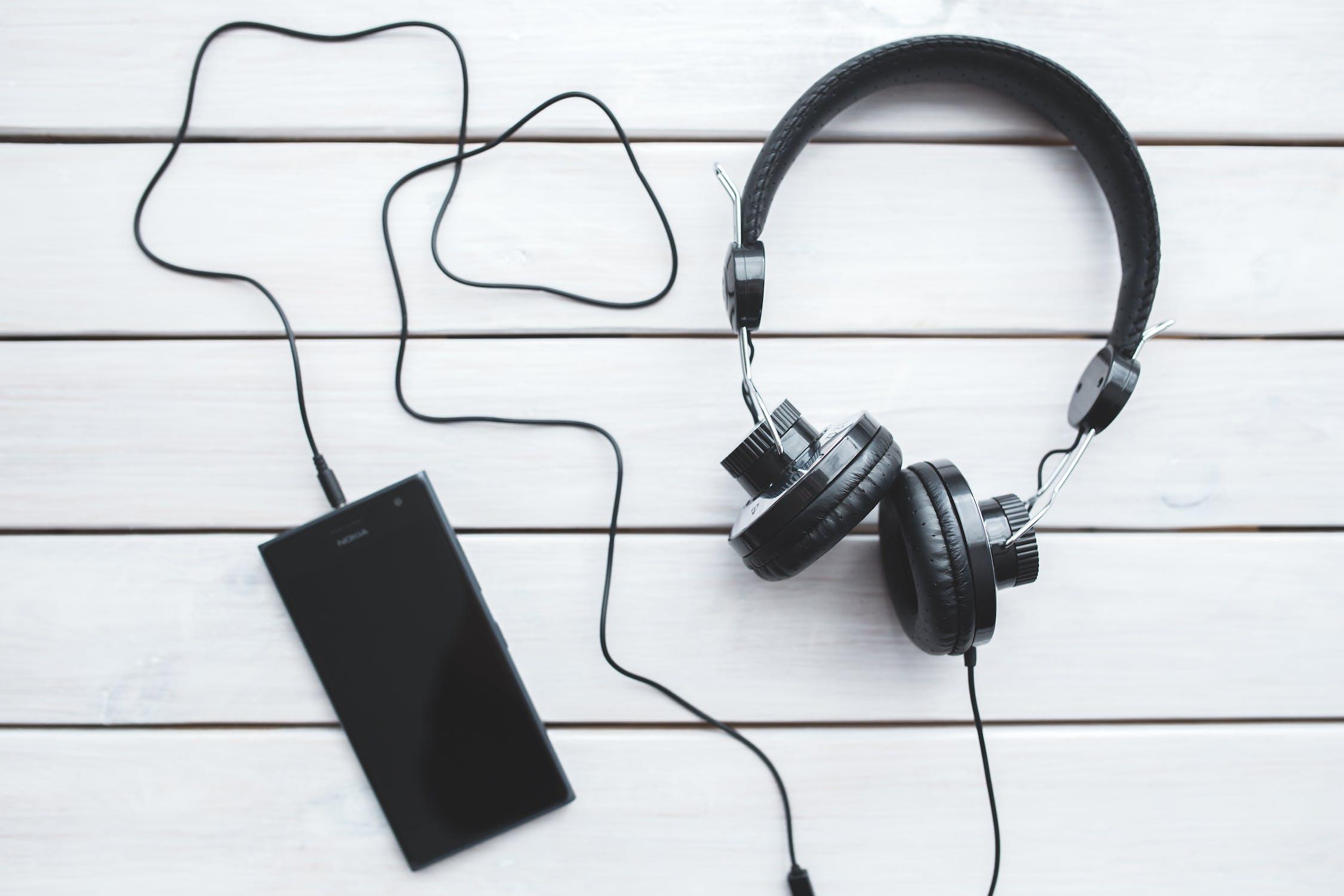 家で勉強するメリットは音楽やリスニングの音源を流しながら勉強できること