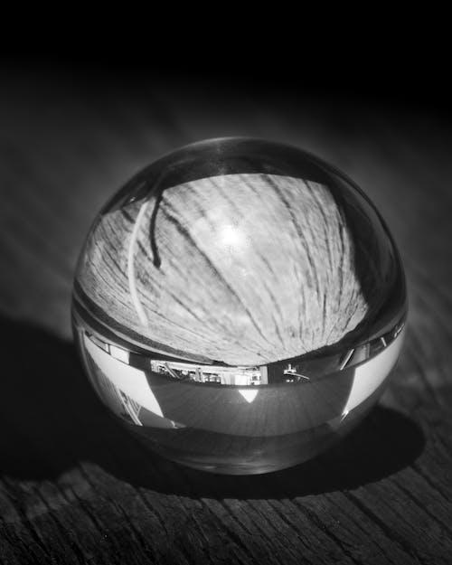 Kostenloses Stock Foto zu kontrast, kristallkugel, lichtreflexionen, minimalismus