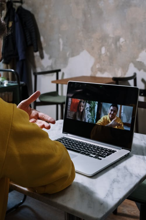 Người Mặc áo Sơ Mi Dài Tay Màu Vàng Sử Dụng Macbook Pro