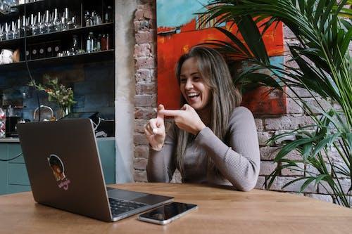 Người Phụ Nữ Mặc áo Len Xám Ngồi Bên Bàn Với Macbook Pro