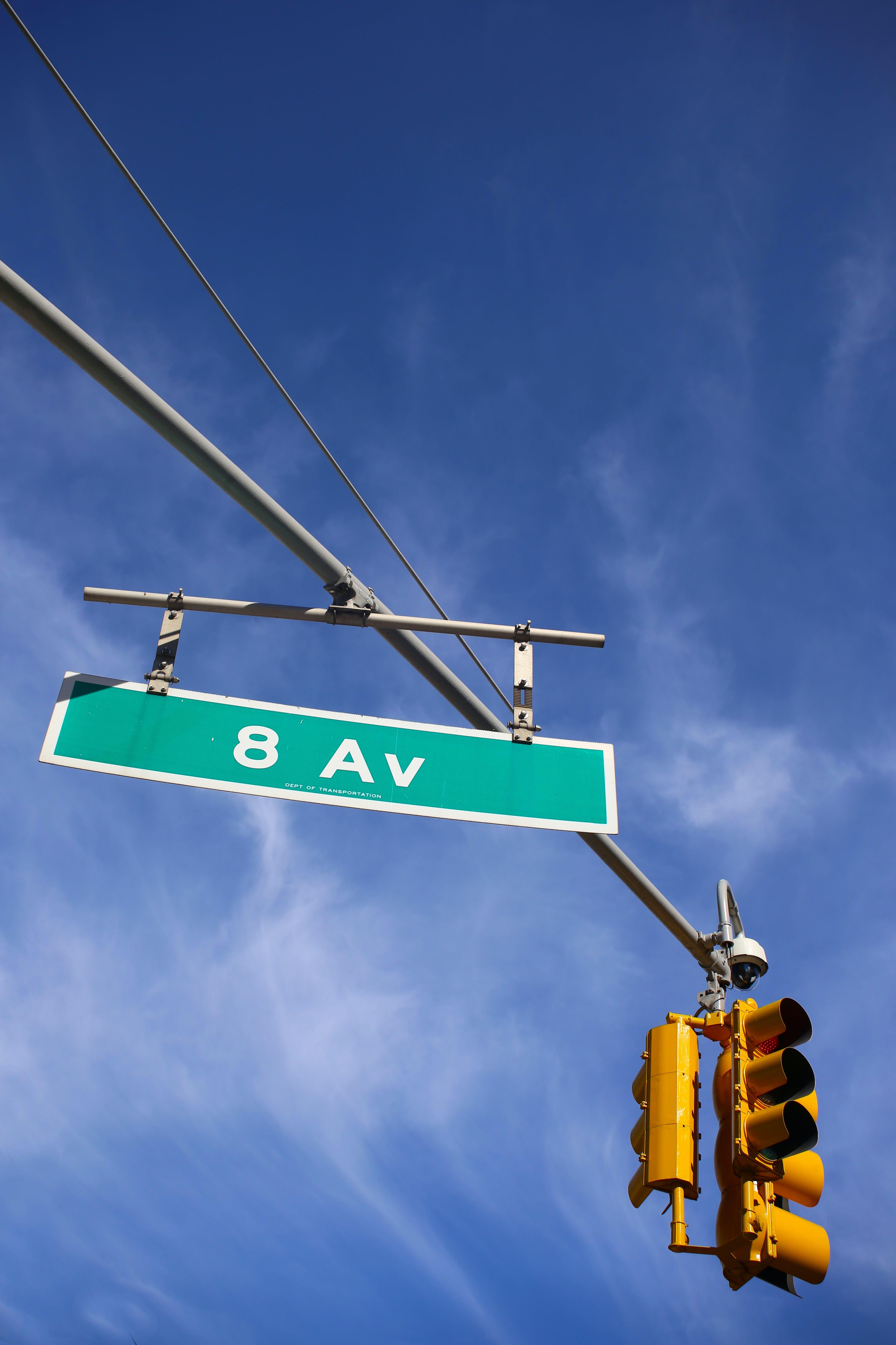 Бесплатное стоковое фото с 8 авеню, crosroads, голубое небо, дорожный знак сша