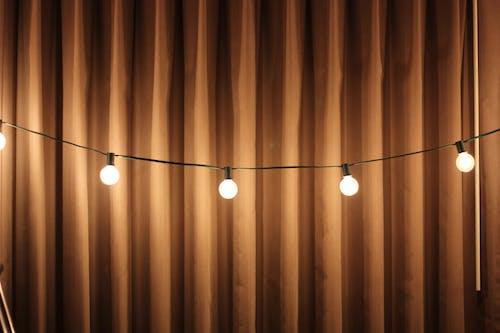 Darmowe zdjęcie z galerii z dekoracja, kurtyna, lampki, oświetlony
