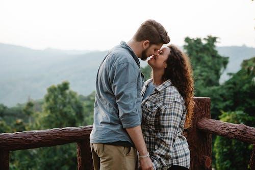 Mann Und Frau Stehen Neben Holzzaun