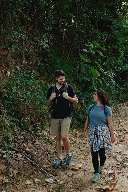 Homme Et Femme Marchant Sur La Forêt