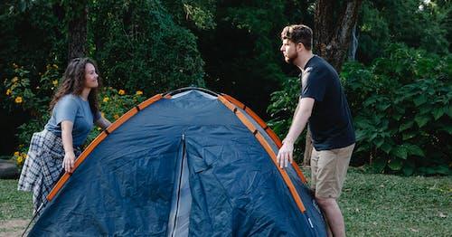 Foto profissional grátis de acampamento, afeição, afirmativo