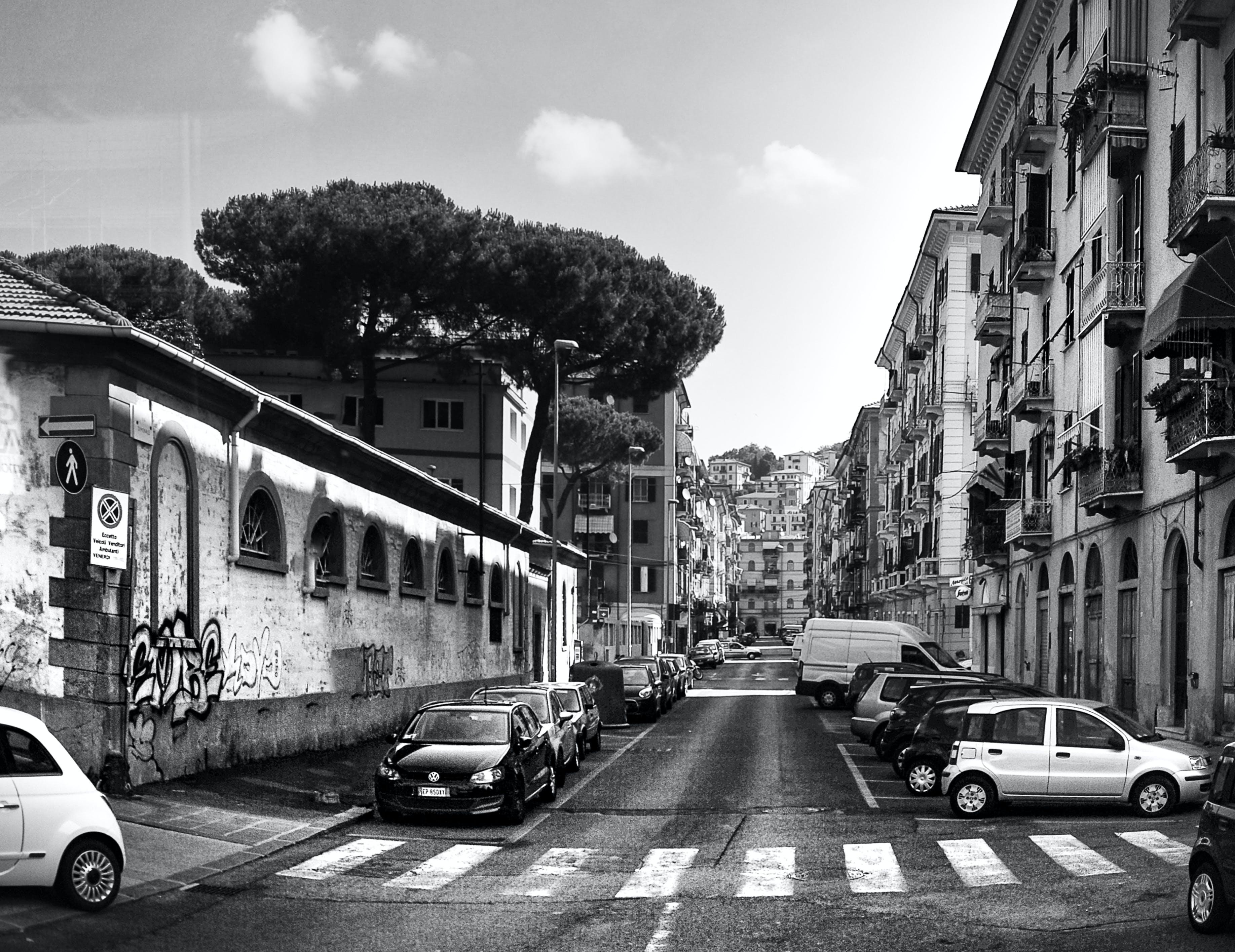 Gratis arkivbilde med arkitektur, biler, by, bygninger