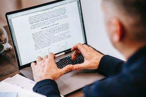 Persona Che Utilizza Macbook Pro Sul Tavolo