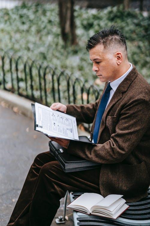 Homem De Terno Preto Lendo Livro