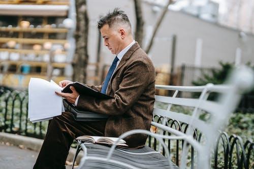 Mann In Der Schwarzen Anzugjacke, Die Auf Stuhl Sitzt