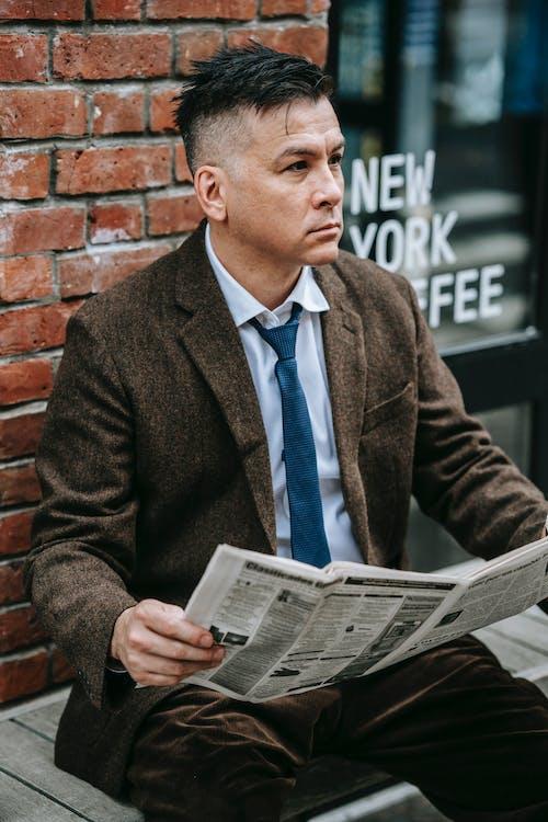 Mann Im Braunen Anzug, Der Zeitung Liest