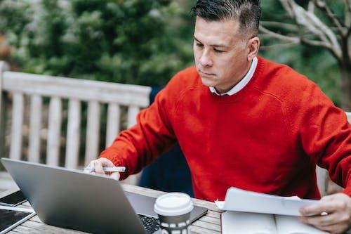 Mann Im Roten Pullover Mit Macbook
