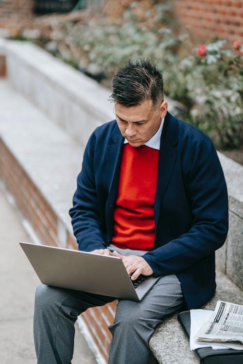 Hombre De Chaqueta De Traje Azul Con Macbook