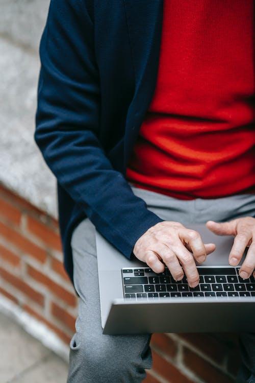 Person Im Blauen Blazer Mit Macbook Pro