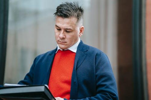 Mann In Blauer Anzugjacke Und Roter Krawatte