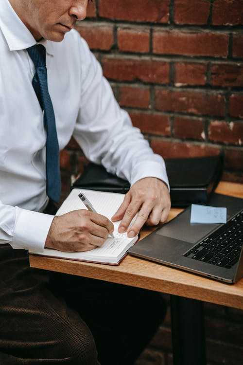 Person Im Weißen Hemd, Das Silbernen Laptop Computer Hält