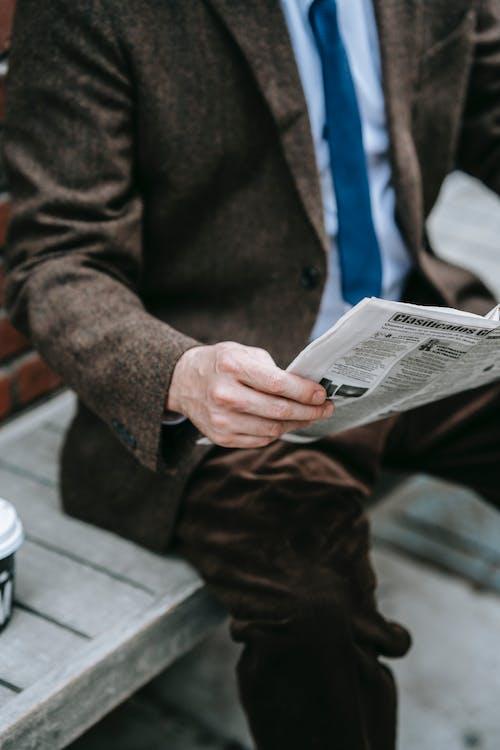 Homem De Paletó Marrom Lendo Jornal