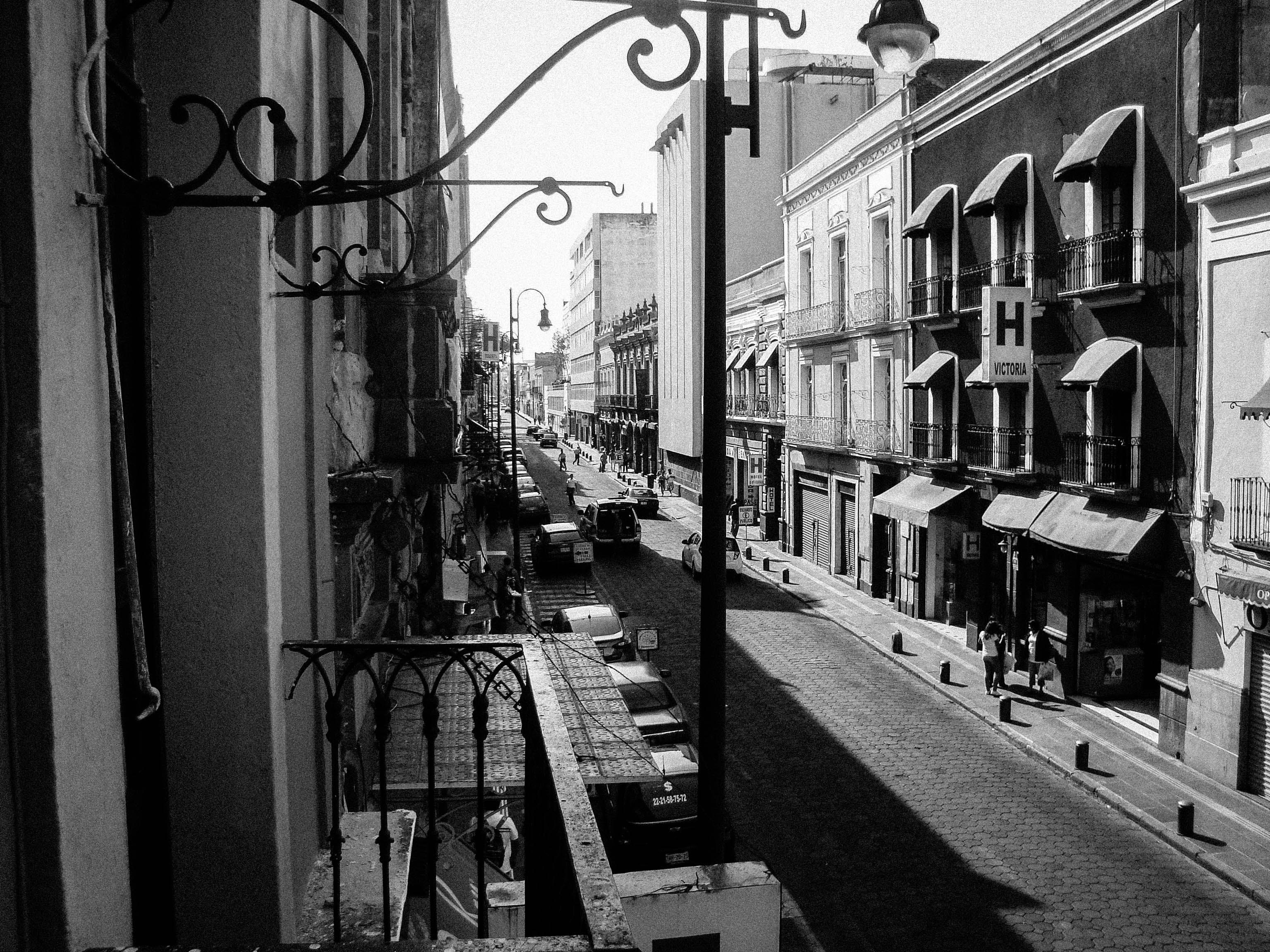 Imagine de stoc gratuită din alb-negru, arhitectură, balcon, drum