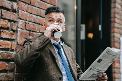 Homem De Casaco Preto Bebendo Em Caneca De Cerâmica Branca