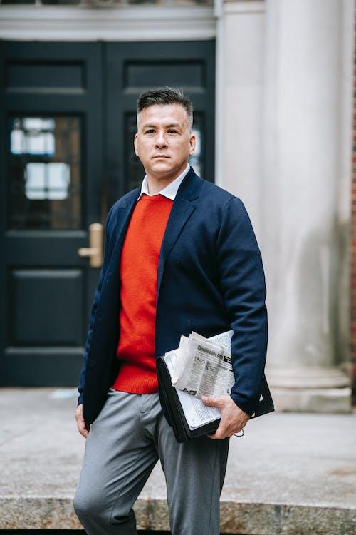 Homem De Paletó Preto E Gravata Vermelha