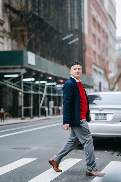 Homem De Jaqueta Preta E Calça Preta Parado Na Estrada