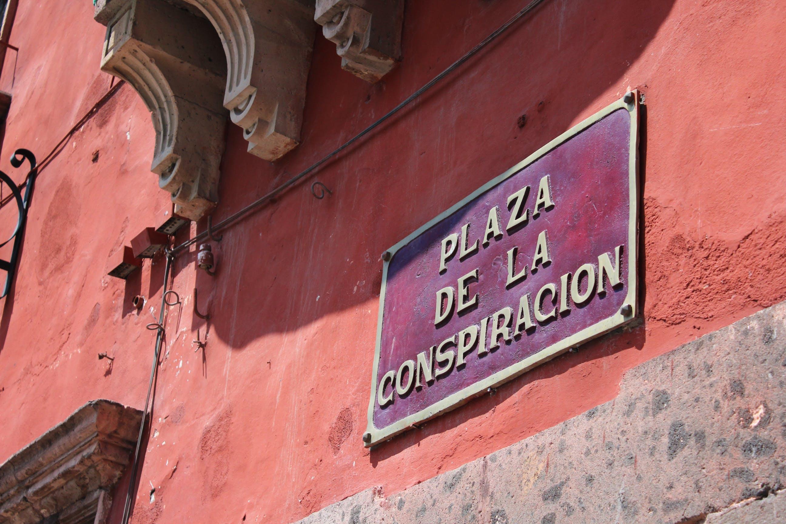 Plaza De La Conspiracion Signage
