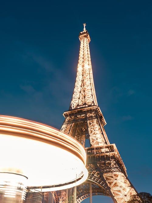 푸른 하늘 아래 에펠 탑
