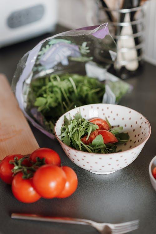 Tomates Rojos En Cuenco De Cerámica Blanca