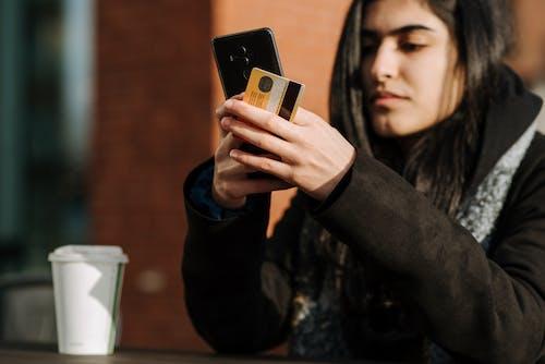 Mujer En Camisa De Manga Larga Negra Con Oro Iphone 6