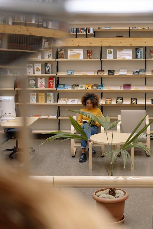 Foto De Mujer Leyendo Un Libro