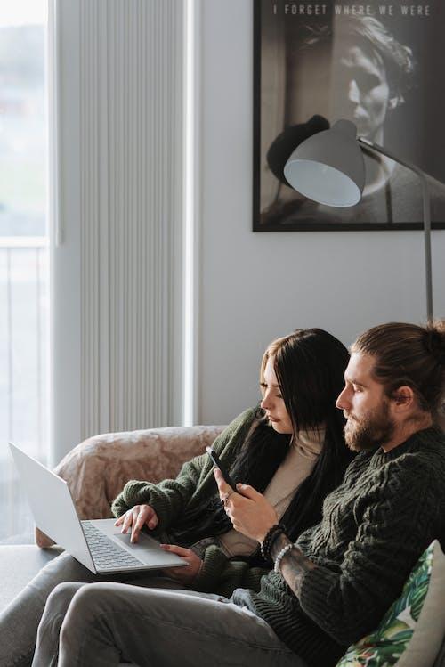 Homem E Mulher Sentados No Sofá