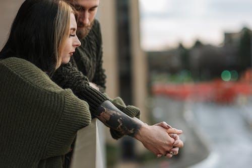 Frau Im Grünen Strickpullover Händchenhalten Mit Frau Im Braunen Pullover