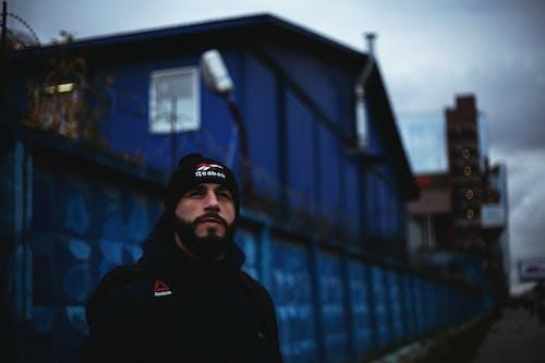 Fotobanka sbezplatnými fotkami na tému budovy, cesta, človek, dospelý