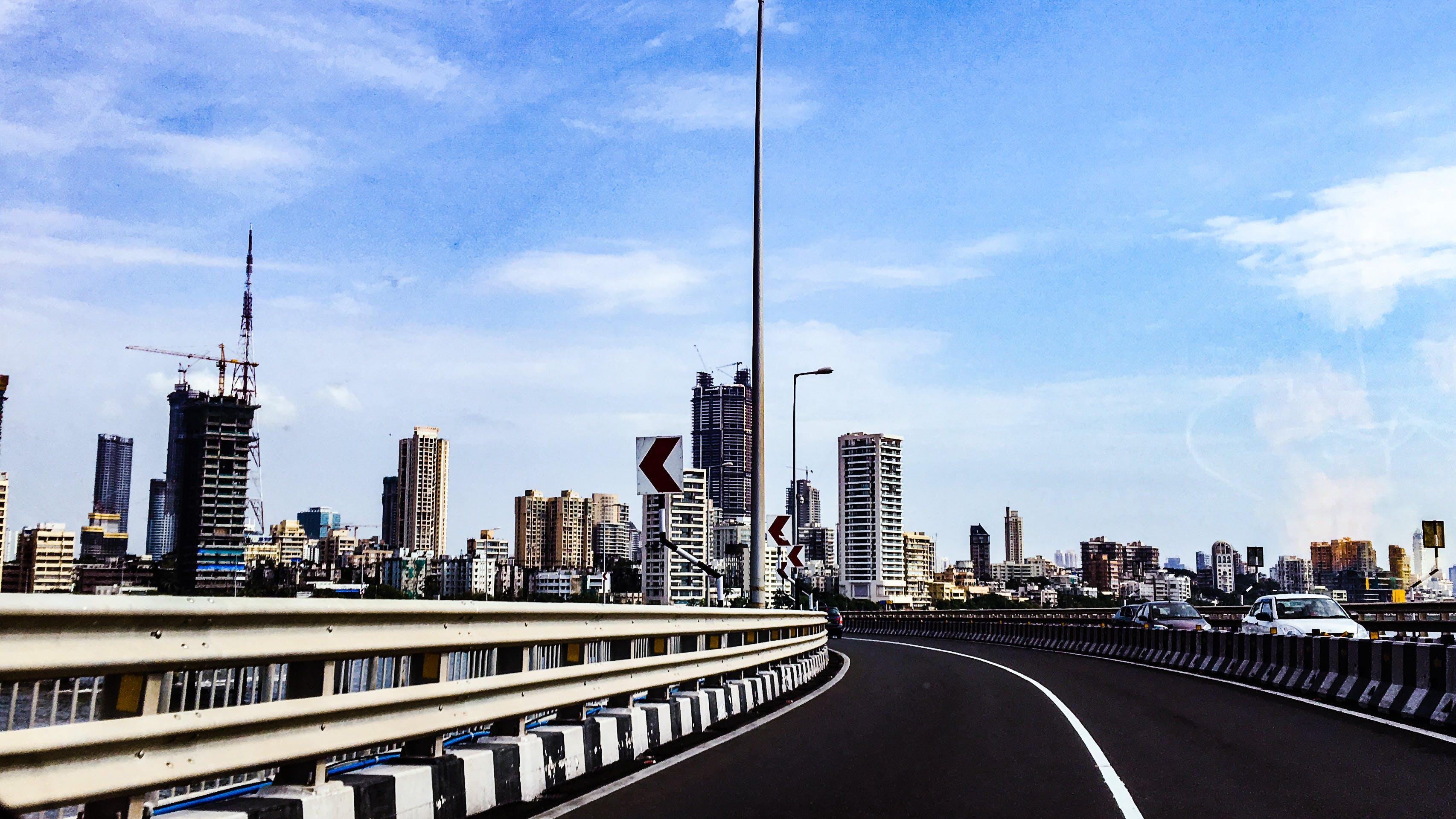 Gratis stockfoto met architectuur, asfalt, auto's, brug