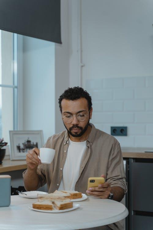 Foto profissional grátis de afro-americano, café da manhã, dentro de casa