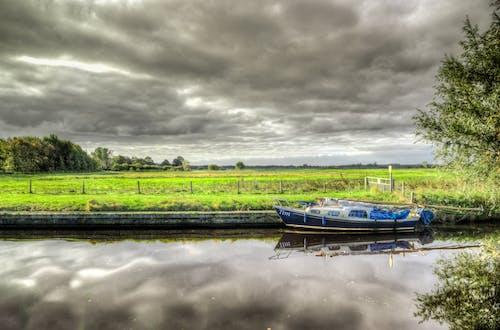 Immagine gratuita di acqua, alberi, barca, cielo
