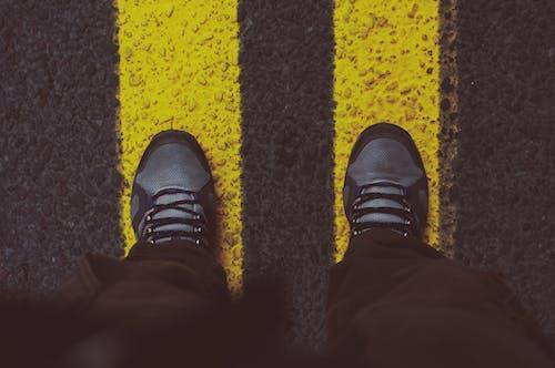Gratis lagerfoto af asfalt, farve, fødder, fodtøj
