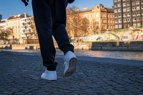 Fotos de stock gratuitas de ángulo bajo, calle de la ciudad, caminando