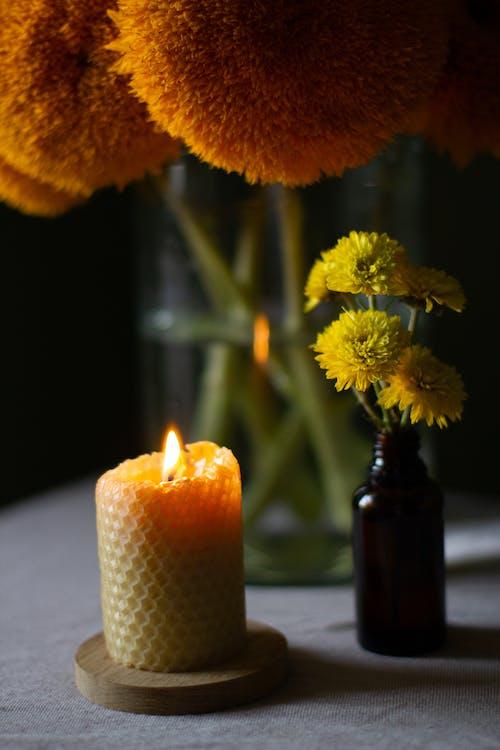 點燃蠟燭旁邊的黃色花