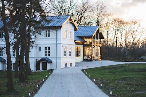 Бесплатное стоковое фото с архитектура, белый, газон, двор