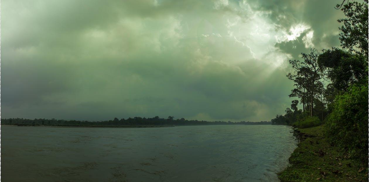голубая вода, зеленая долина, облако