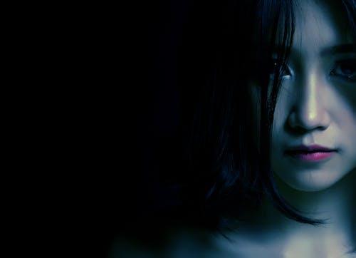 Darmowe zdjęcie z galerii z ciemny, dorosły, dziewczyna, fryzura
